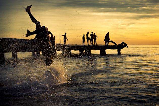 Splash out against the sun by Fernando Naiberg