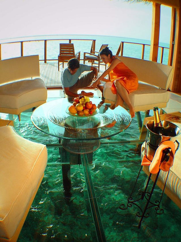 glass-floor-ocean-cottage-in-the-Maldives