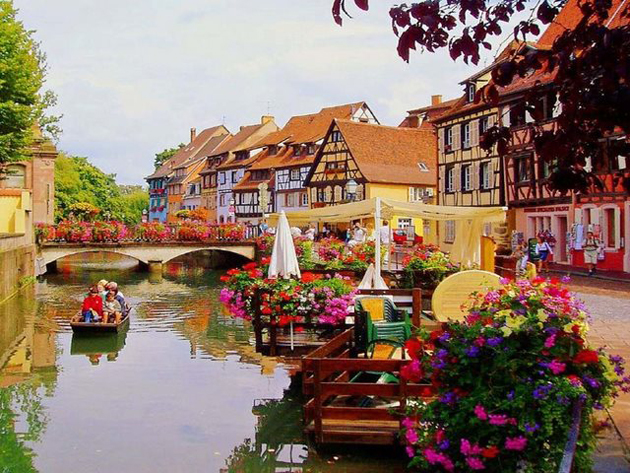 tiny-boat-in-Colmar-France