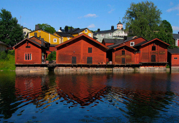old_town_porvoo_finland_wooden_red_shore_houses