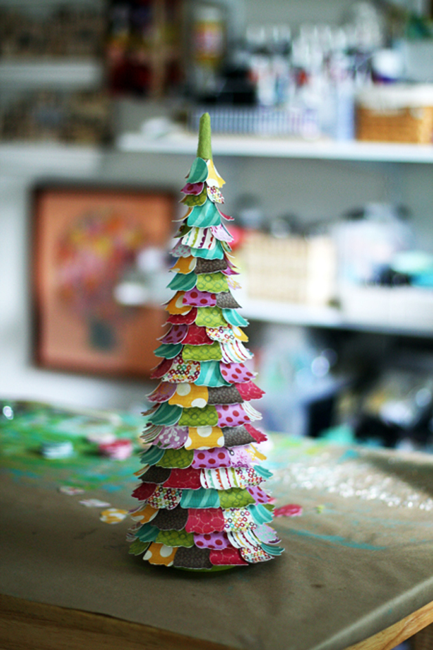 31 Decorating a Christmas Tree (12)
