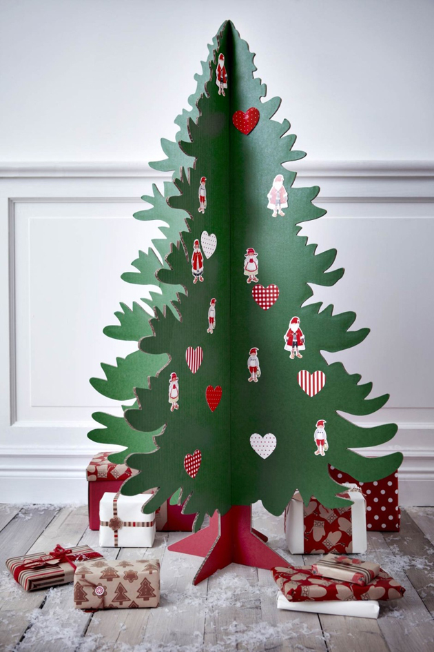 31 Decorating a Christmas Tree (13)