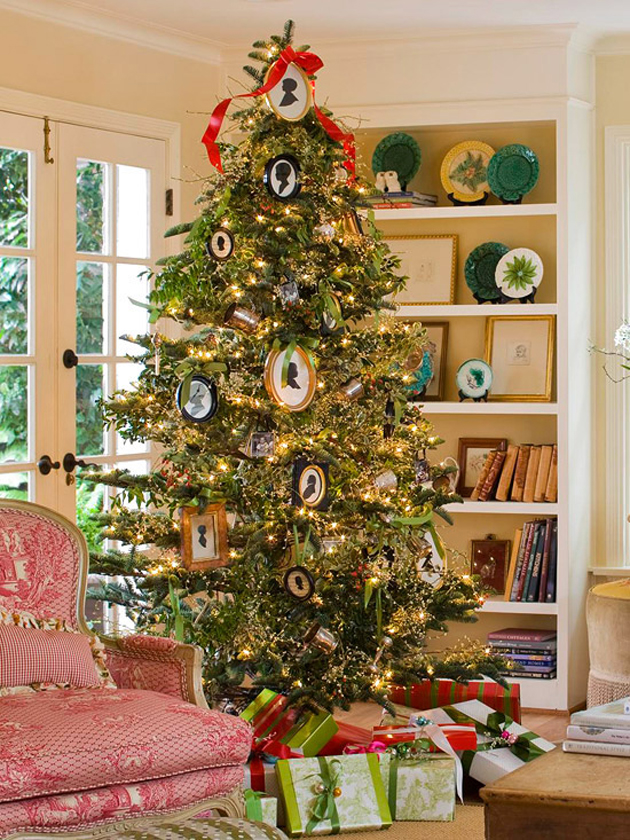 31 Decorating a Christmas Tree (15)