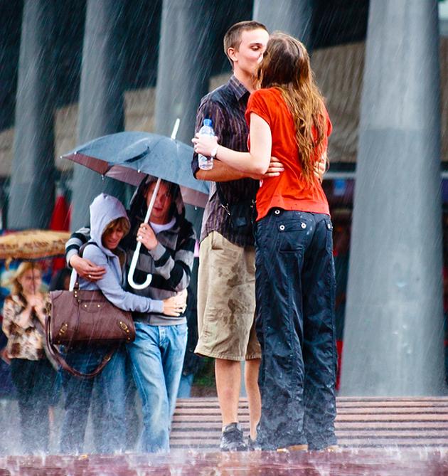 Un beso bajo la lluvia (one kiss under the rain) by Juan Carlos Simon