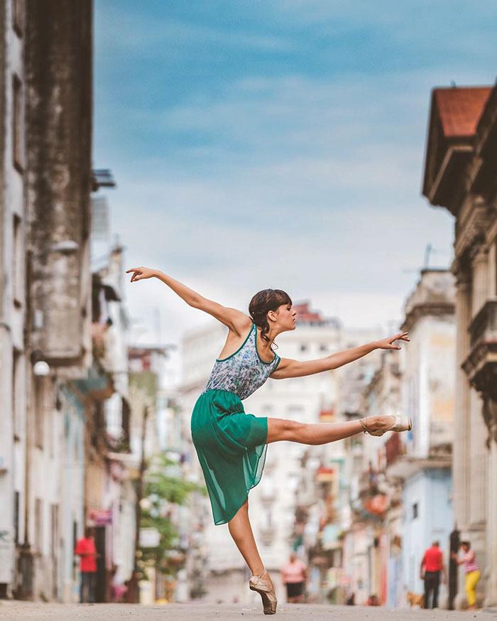 Dance Practicing In Cuba Streets of Ballet Dancers (4)