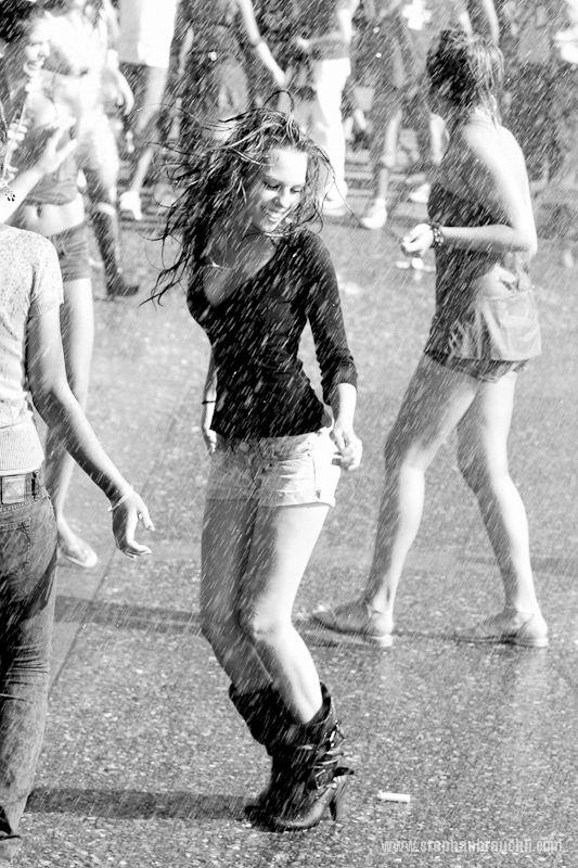 Pretty Girls Images In Rain (7)