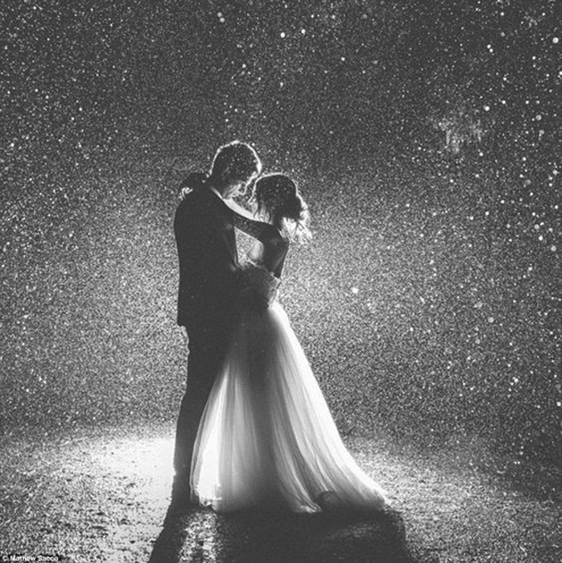 Cute romantic couples black and white photography in rain 5