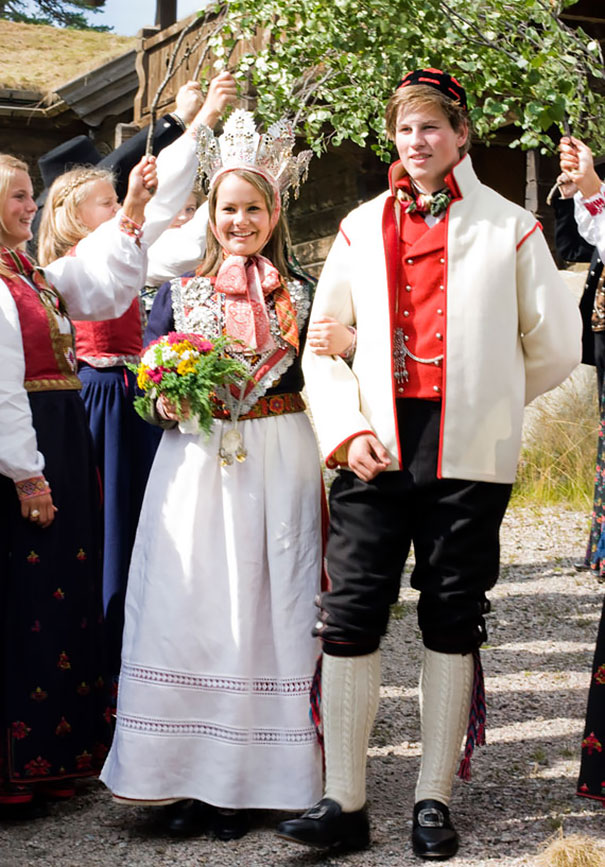 Traditional Wedding Outfits Look Around The World Photography (36)