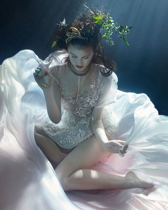 beautiful-underwater-fashion-photography-12