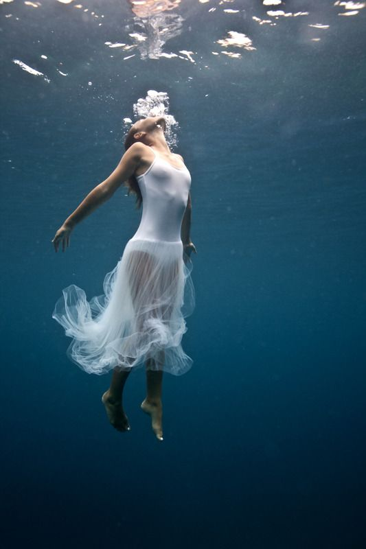 beautiful-underwater-fashion-photography-17
