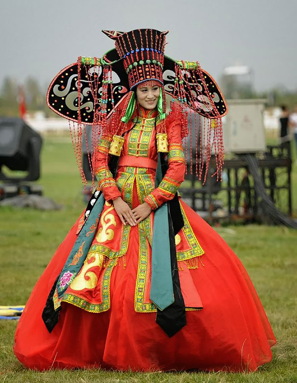 Traditional Wedding Outfits Look Around The World Photography (23)