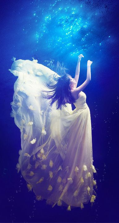 beautiful-underwater-fashion-photography-25